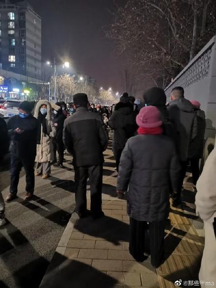 市民被半夜叫起來做核酸檢測。(微博圖片)