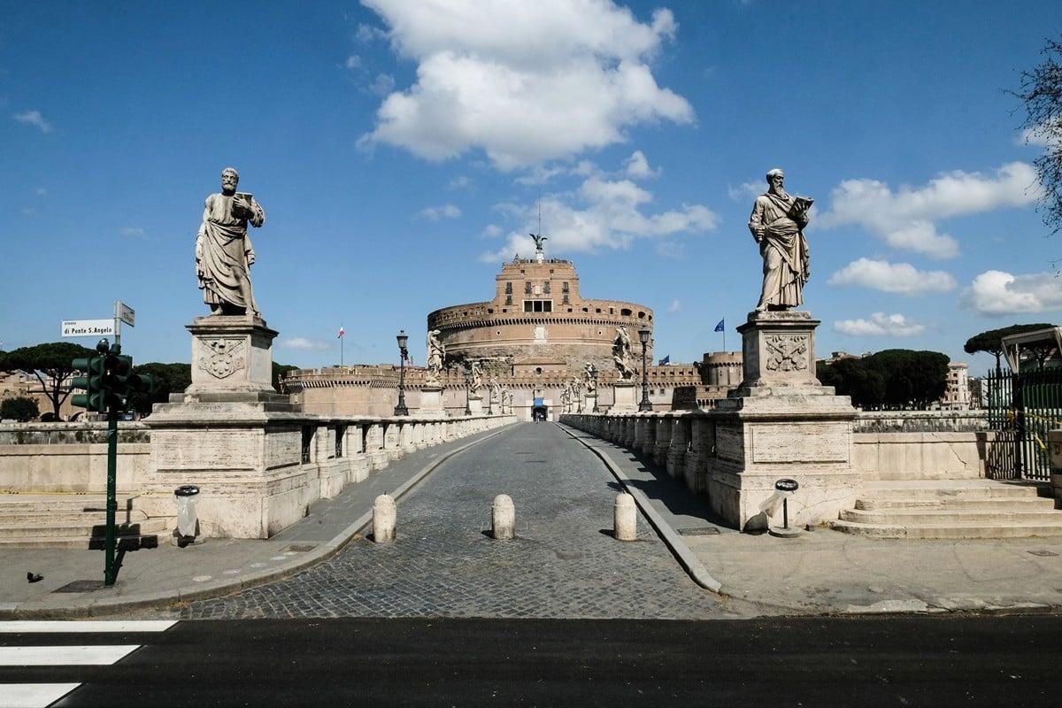 2020年3月24日,疫情籠罩下的意大利羅馬,昔日熱鬧的聖天使城堡(Castel Sant'Angelo)如今空無一人。(Andreas SOLARO/AFP)