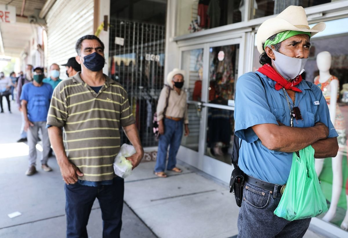 2020年3月疫情爆發後,加州減少270多萬份工作。圖為2020年7月,加州帝國縣失業勞工排隊等待填寫失業救濟表格。(Mario Tama/Getty Images)