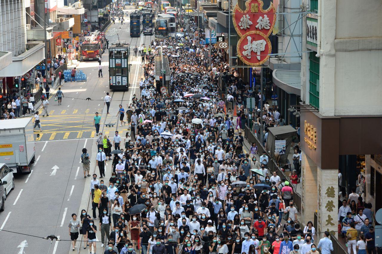 10月4日,香港民間發起反《禁蒙面法》遊行。(駱亞/大紀元)