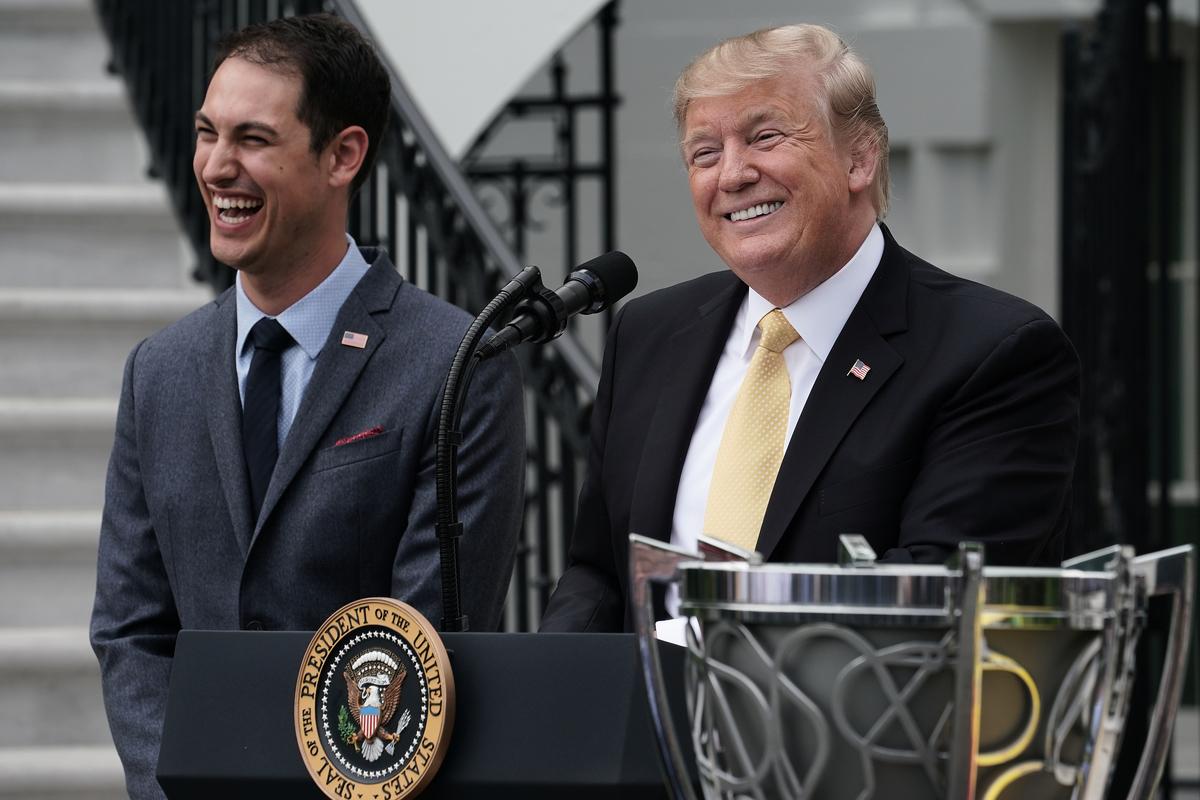 最近公佈的美國有線電視新聞網(CNN)民意調查顯示,民眾對特朗普總統的經濟滿意度創下新高,達56%。(Chip Somodevilla/Getty Images)