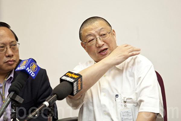《陽光時務週刊》創辦人陳平(身著白色短袖)的資料照。(余鋼/大紀元)
