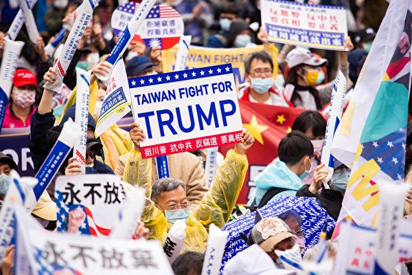 2020年12月19日,來自台灣各地的民眾,齊聚台北市信義廣場,參加《大紀元時報》舉辦的「挺特滅共站出來」遊行集會。圖為民眾舉著各種標語表達心聲。(陳柏州/大紀元)