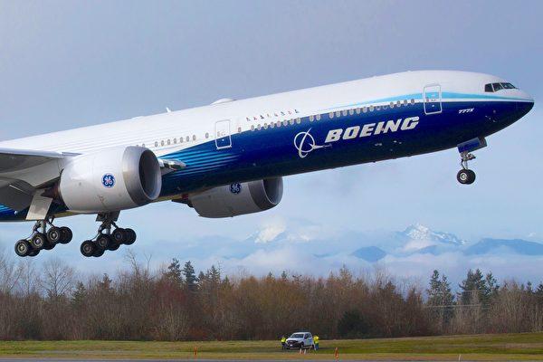 一架波音777X飛機在華盛頓州埃弗雷特的佩恩機場進行首飛。(JASON REDMOND/AFP via Getty Images)