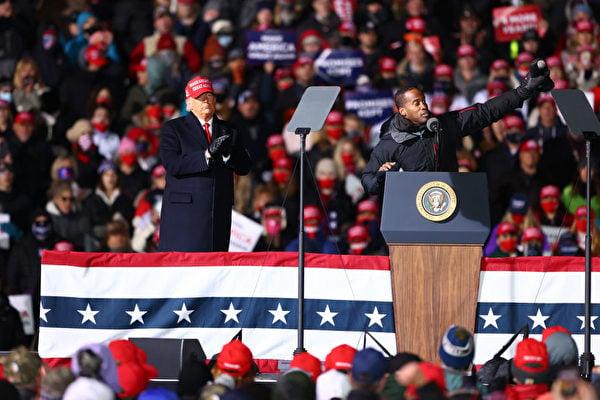 2020年11月2日,在密歇根州特拉弗斯城,美國共和黨參議員候選人約翰·詹姆斯(John James)(右)在特朗普競選集會上發言。(Photo by Rey Del Rio/Getty Images)