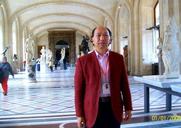 王建中參觀巴黎羅浮宮。(明慧網)