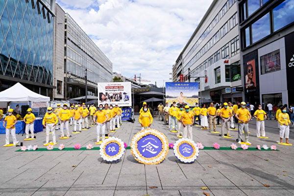2020年7月25日,部份法輪學員在德國法蘭克福購物中心舉辦活動,紀念法輪功學員反迫害21年。(曹工/大紀元)