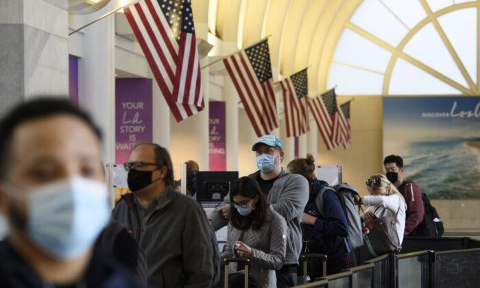 2020年11月25日,在美國洛杉磯,乘客排隊等候進入洛杉磯國際機場的海關檢查站。(PATRICK T. FALLON/AFP via Getty Images)