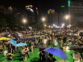 【8.18反送中】風雨中維園集會 港人爭上台呼籲抗共