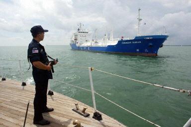 一艘油輪正經過馬六甲海峽 。中國大部份海運進口石油都要經過馬六甲海峽。(AFP PHOTO 2003-7-3)
