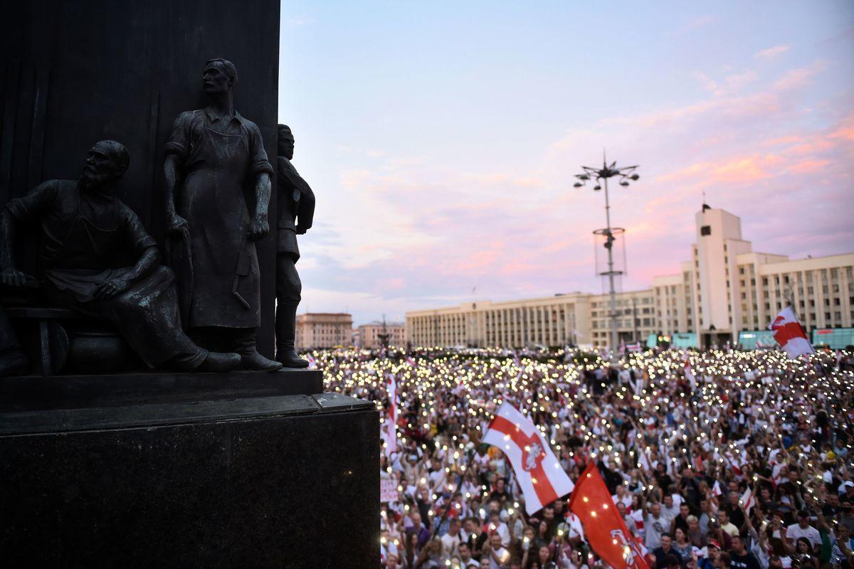 2020年8月18日,白俄羅斯明斯克,民眾在獨立廣場抗議總統選舉結果。(SERGEI GAPON/AFP via Getty Images)