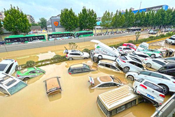 2021年7月21日,河南省鄭州市,洪水淹沒汽車。(STR/AFP via Getty Images)