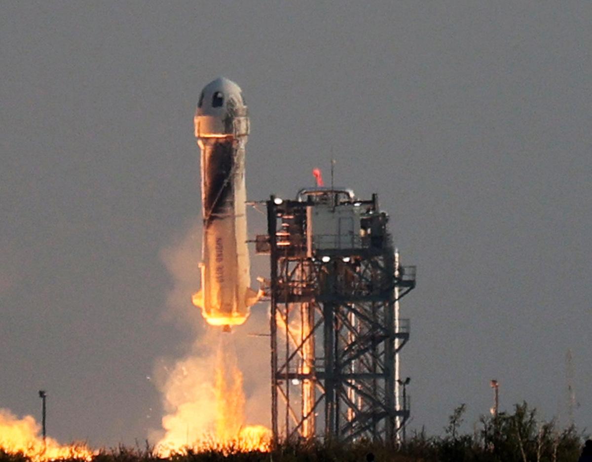 這張來自藍色起源公司的圖片顯示,2021年7月20日,該公司可重複使用的新謝潑德(New Shepard)從德薩斯州的範霍恩(Van Horn)發射。——藍色起源公司首次載人任務是從德薩斯州西部起飛,達到65英里(106公里)的高度後返回地面。來回飛行時間持續11分鐘。這一天是阿波羅11號人首次登月52周年。(Joe Raedle/Getty Images)