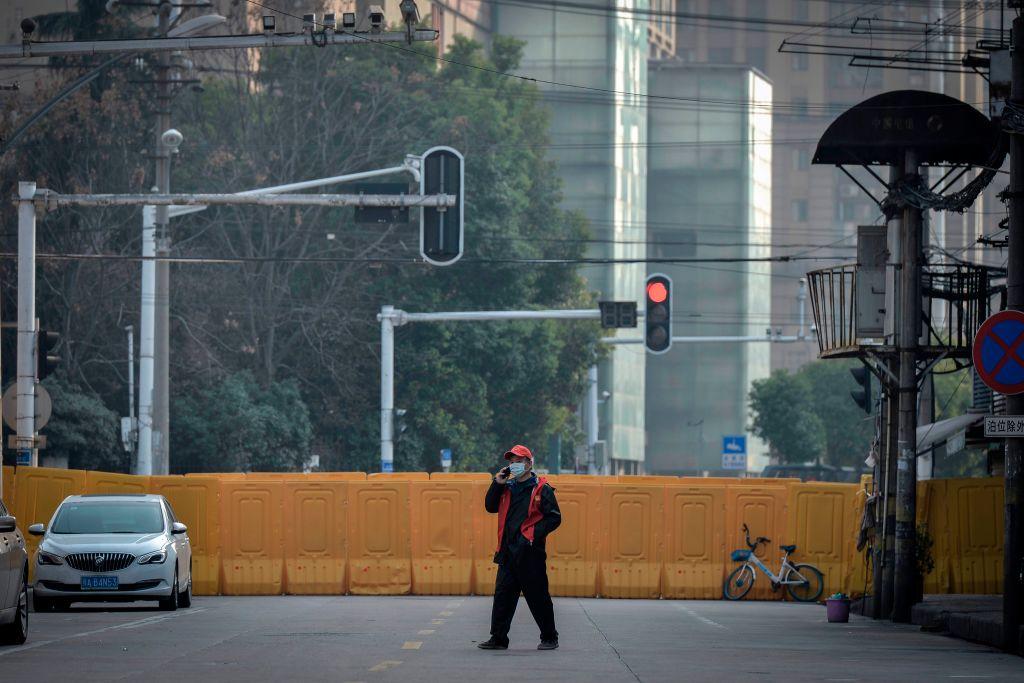 2020年3月12日,一武漢男子走在空蕩蕩的街頭。(STR/AFP via Getty Images)