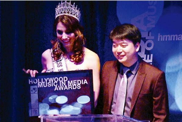 華人音樂製作人陳東(右)獲頒第五屆荷里活傳媒音樂大獎。(張文剛/大紀元)