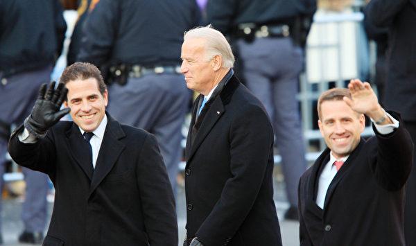 2009年1月20日,時任美國副總統喬·拜登(Joe Biden)和次子亨特·拜登(Hunter Biden,左)和長子博·拜登(Beau Biden,右)在於華盛頓特區舉行的奧巴馬就職總統遊行中。(David McNew/Getty Images)