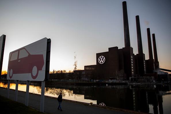 受中共病毒影響,德國汽車工業陷入空前危機。圖為德國狼堡(Wolfsburg)大眾工廠停工。(Maja Hitij/Getty Images)