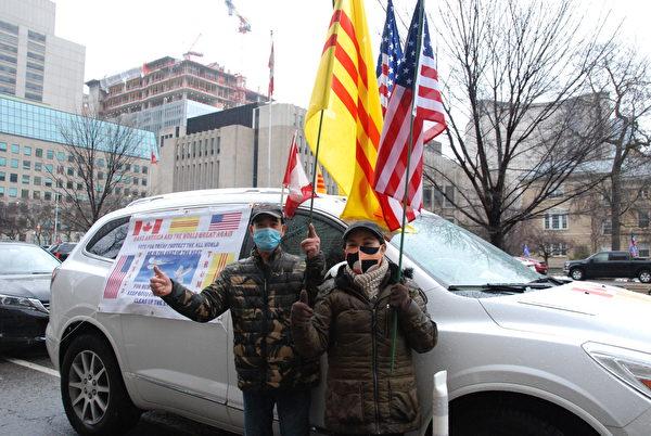 2021年1月3日,越南移民Paul Phong夫婦和兒子一起參加了加拿大人挺特朗普汽車遊行。圖為Paul Phong夫婦。(伊鈴/大紀元)