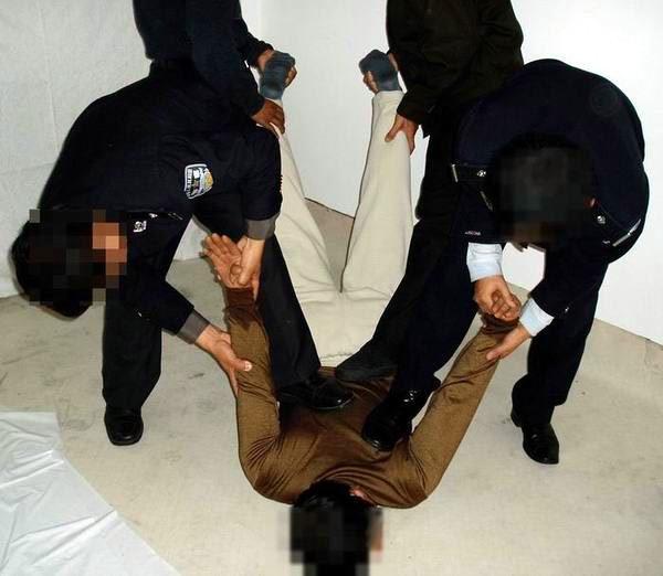 中共酷刑示意圖:毒打(踢、撅、推、掰)。(明慧網)