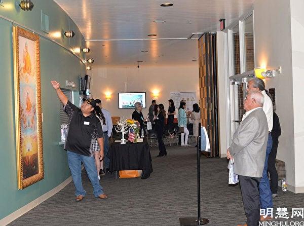 「真善忍國際美展」在德州布蘭諾市Courtyard劇院舉辦。(明慧網)