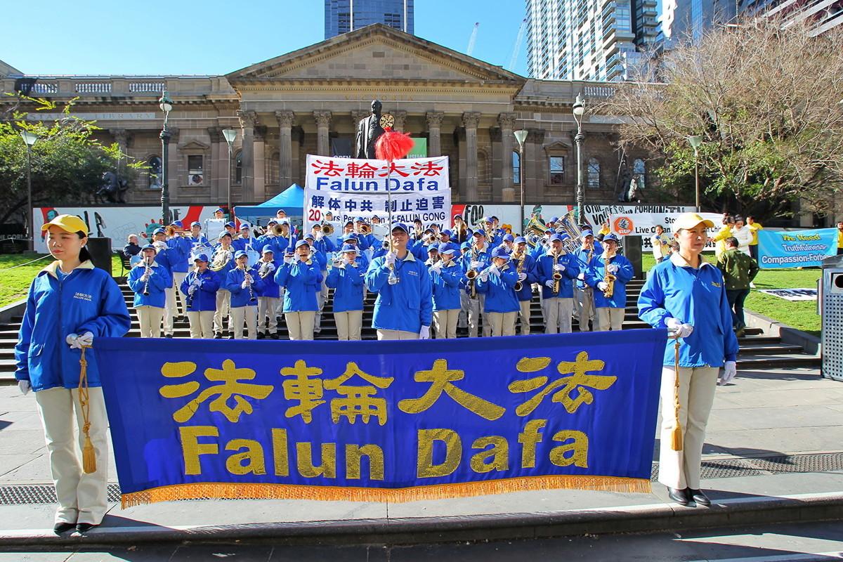 2019年7月20日,墨爾本部份法輪功學員在州立圖書館(State Library of Victoria)舉行7‧20反迫害集會活動。 (陳明/大紀元)