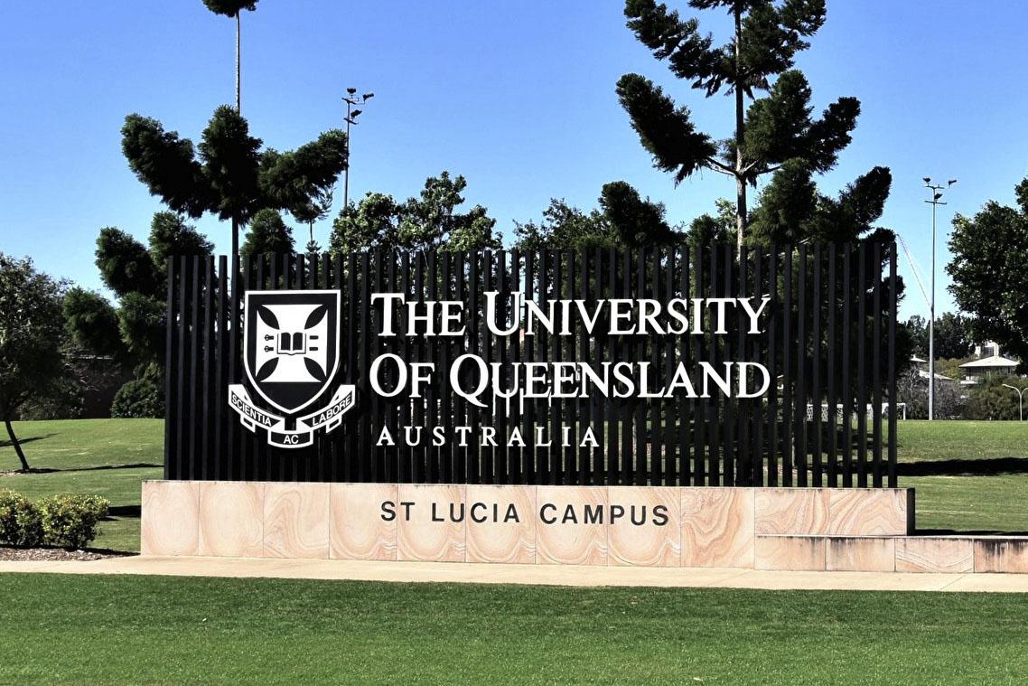 澳洲查理斯特大學公共倫理學教授咸美頓(Clive Hamilton)認為昆大威脅開除帕夫洛應該被視為一個試圖讓校園內合法的政治活動噤聲的舉動。(楊裔飛/大紀元)