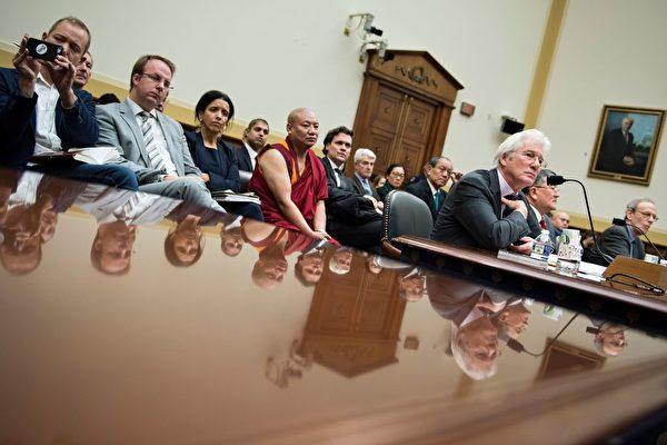 2017年12月6日,影星理查德·吉爾(Richard Gere;註:吉爾是自由西藏的支持者)在華盛頓國會山出席眾議院外交事務委員會亞太小組委員會聽證會。(Brendan Smialowski/AFP/Getty Images)