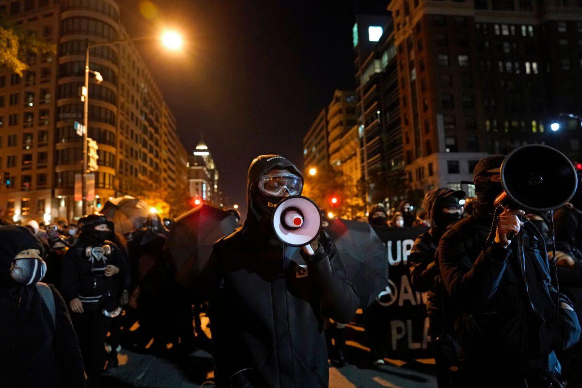 2020年11月3日,在華盛頓白宮附近,身著典型黑色服裝的安提法(Antifa)示威者在大選之夜進行抗議。(Alex Edelman/AFP via Getty Images)