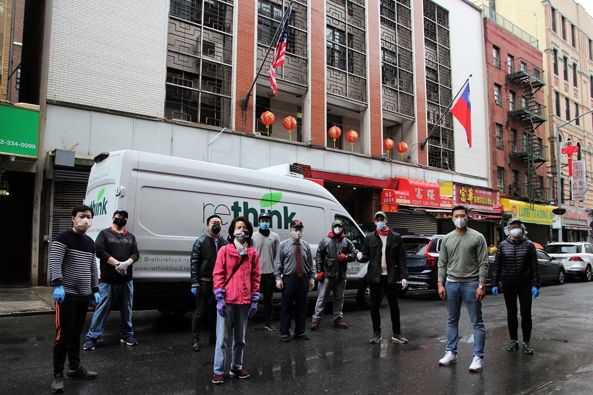 「重新思考」食物供應非牟利組織從5月1日開始在華埠中華公所為社區居民免費提供食物。(「重新思考」提供)