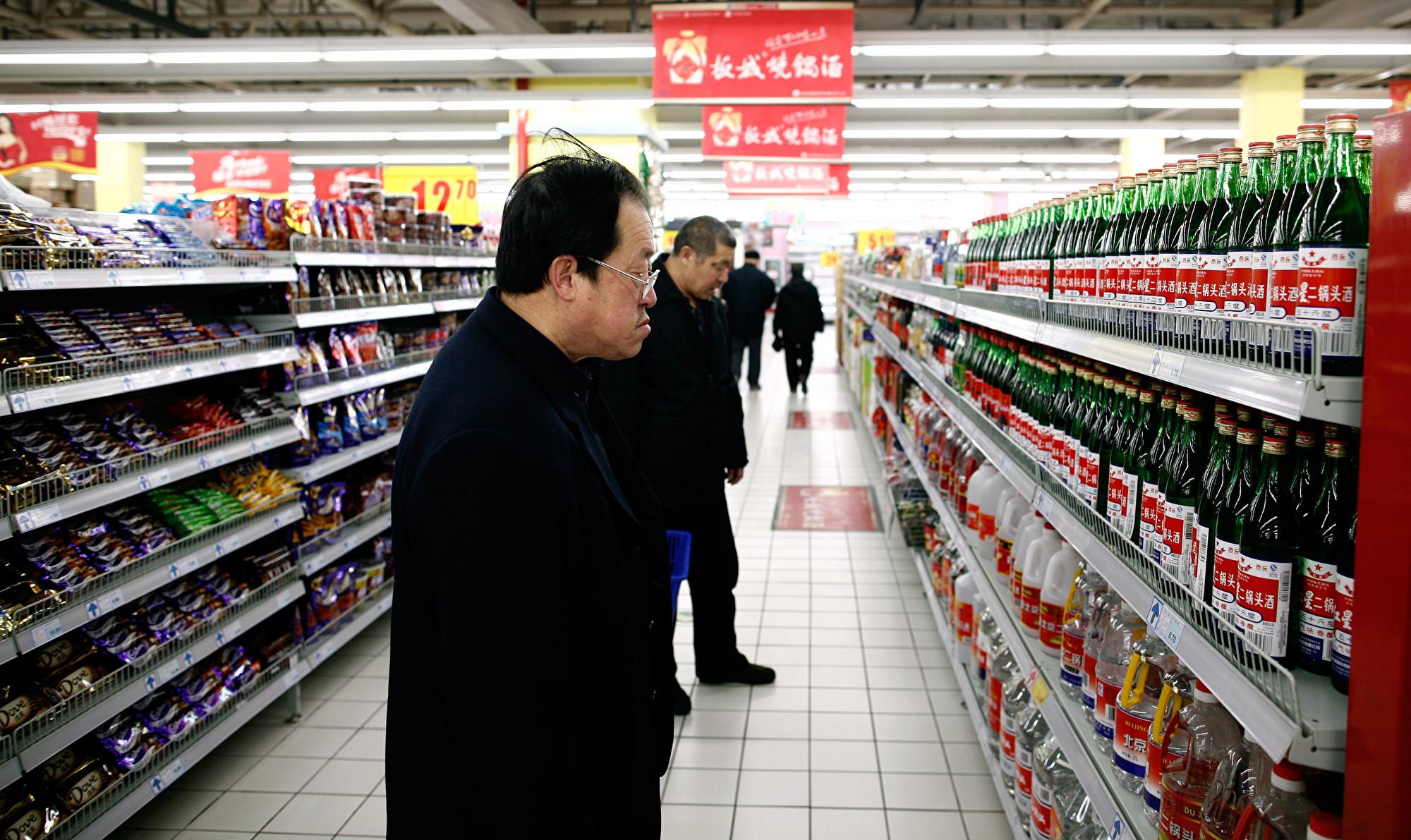 近日,中共央企旗下的酒鬼酒再曝醜聞。圖為2010年3月10日北京一家超市內的顧客在購物。(Getty Images/AFP)