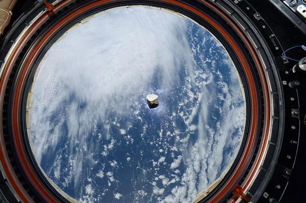 國際太空站(ISS)曾對一塊來自火星的隕石進行過研究,該隕石返回地面後,這次又隨著毅力號去了火星,正可謂是「物歸原主」。(NASA/JPL-Caltech /LANL/CNES/ESA/Thomas Pesquet)