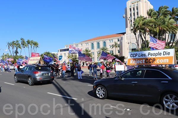 11月14日,聖地牙哥縣選民響應全國挺特朗普集會,在聖地牙哥縣政府大樓前的車道旁聲援特朗普。(鄧舒語/大紀元)