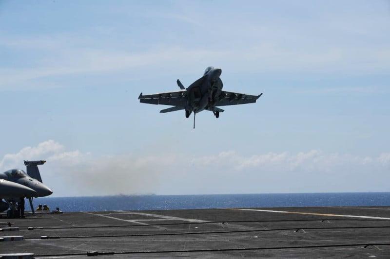 美國接連向台灣出售兩批導彈後,又擬向印度出售大黃蜂戰機、圖為2018年4月10日,美國航空母艦西奧多·羅斯福一架FA-18大黃蜂戰鬥機在南海進行常規訓練。(TED ALJIBE/AFP/Getty Images)