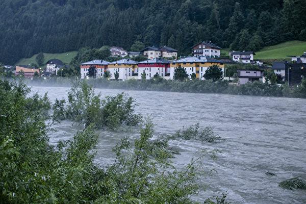 奧地利薩爾斯堡附近的小鎮哈萊茵(Hallein)周六(17日)晚間河流潰堤,洪水沖入鎮中,圖為洪水過後一天,哈萊茵附近的薩爾察赫河(Salzach),水位依然很高。(Jan Hetfleisch/Getty Images)