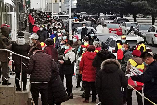 2020年12月22日,遼寧省大連市進行大規模檢測,居民排長隊等待接受Covid-19冠狀病毒的檢測。(STR/AFP via Getty Images)