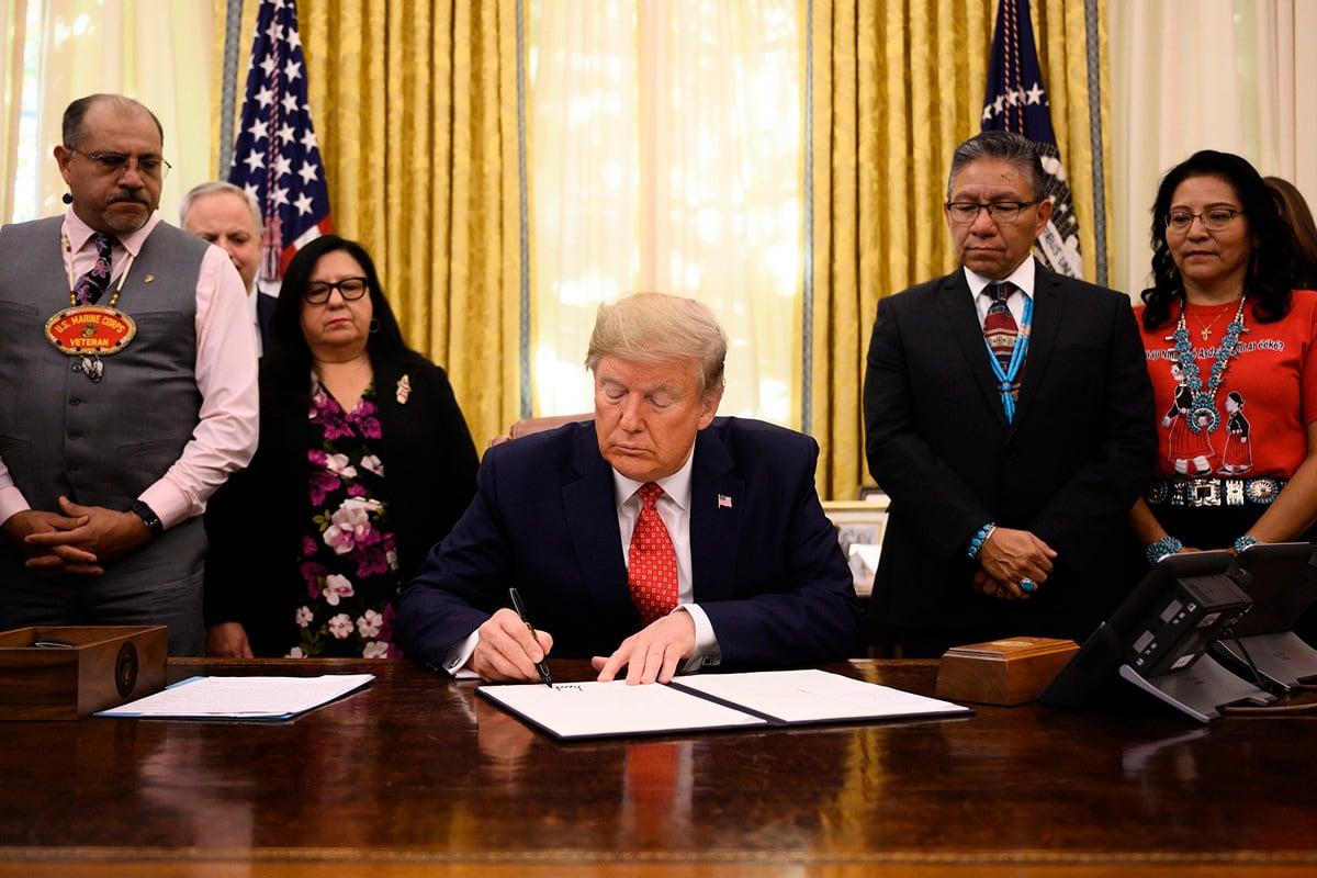 美國總統特朗普2019年11月26日在白宮表示,美國正處在和中國達成貿易協議的最後關頭,但與此同時,華盛頓與香港的抗爭者站在一起,希望在香港看到民主。(JIM WATSON/AFP)