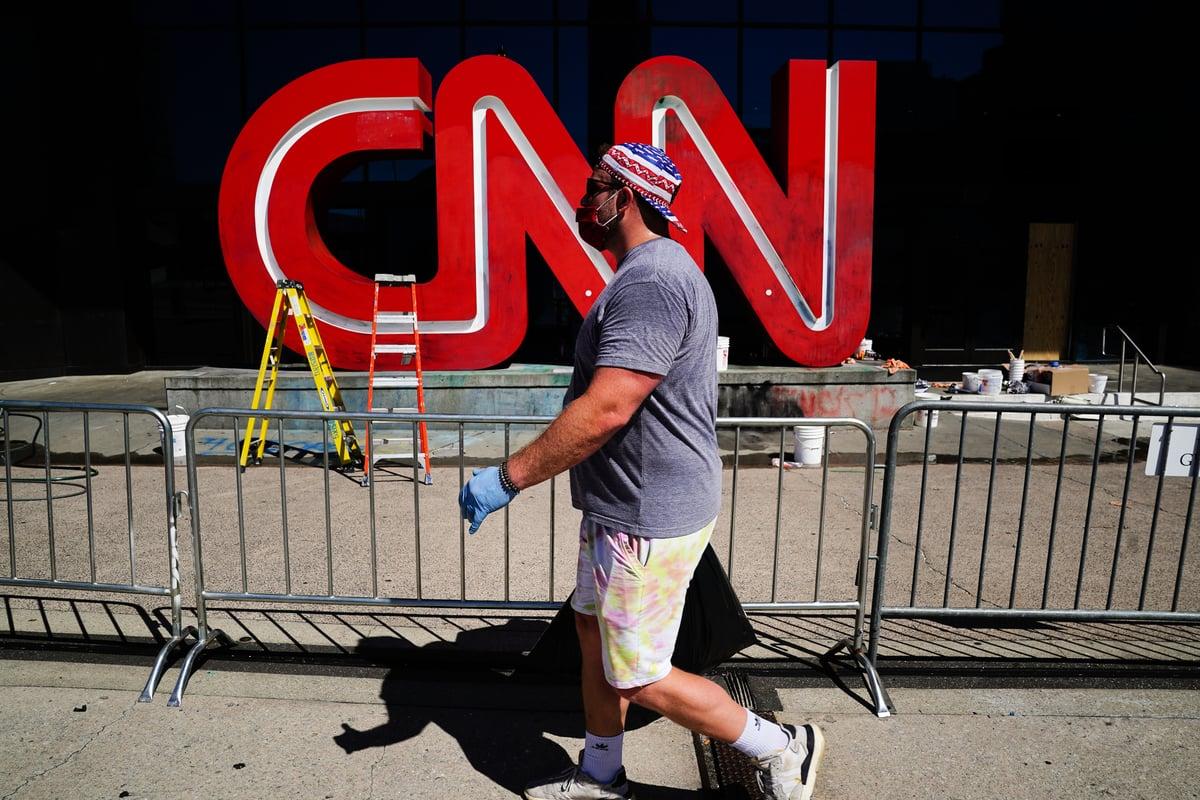 圖為2020年5月30日,在佐治亞州亞特蘭大市,CNN大樓前的標誌在喬治·弗洛伊德死亡案引發的暴動事件中被破壞。(Elijah Nouvelage/Getty Images)