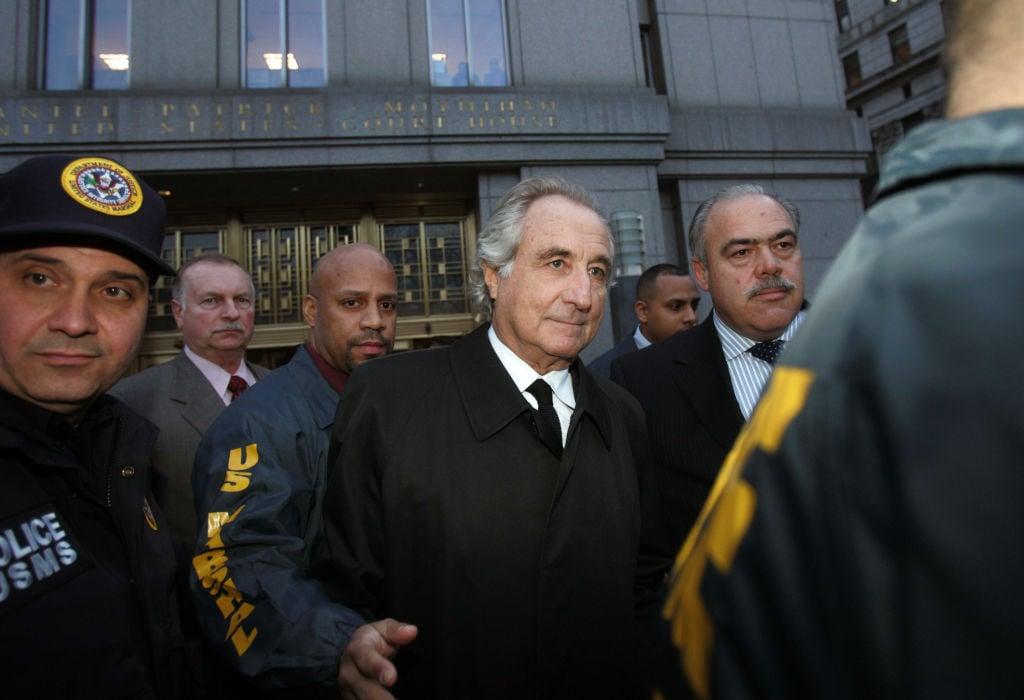 圖中間為「龐氏騙局」策劃者伯納德‧麥道夫(Bernard Madoff)資料照。(Hiroko Masuike/Getty Images)