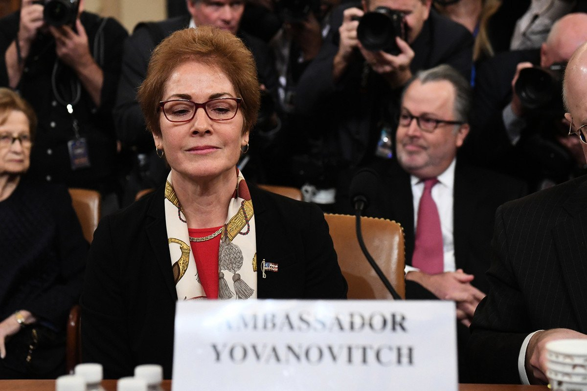 國會眾議院情報委員會主席、加州國會眾議員謝安達(亞當.希夫)安排前美國駐烏克蘭女大使瑪麗‧約瓦諾維奇(Marie Yovanovitch)出席聽證。(SAUL LOEB/AFP via Getty Images)