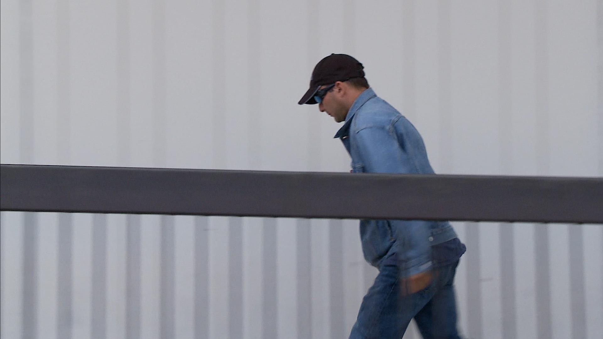 涉嫌偷竊《大紀元時報》報紙並破壞、污穢報箱,蓋里耶在9月19日的聆訊結束後,快速離開法院。(新唐人截圖)