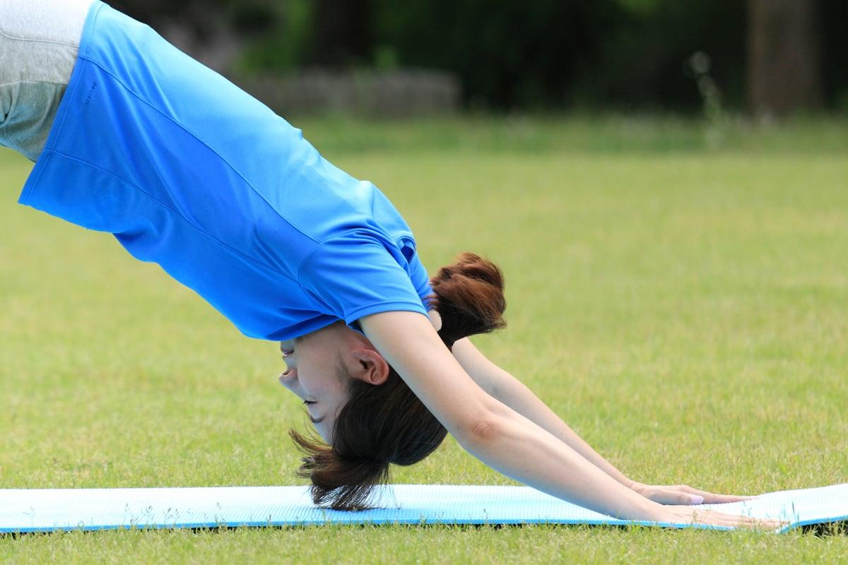 下犬式伸展是一種極具復健療效的瑜伽伸展姿勢。(Shutterstock)