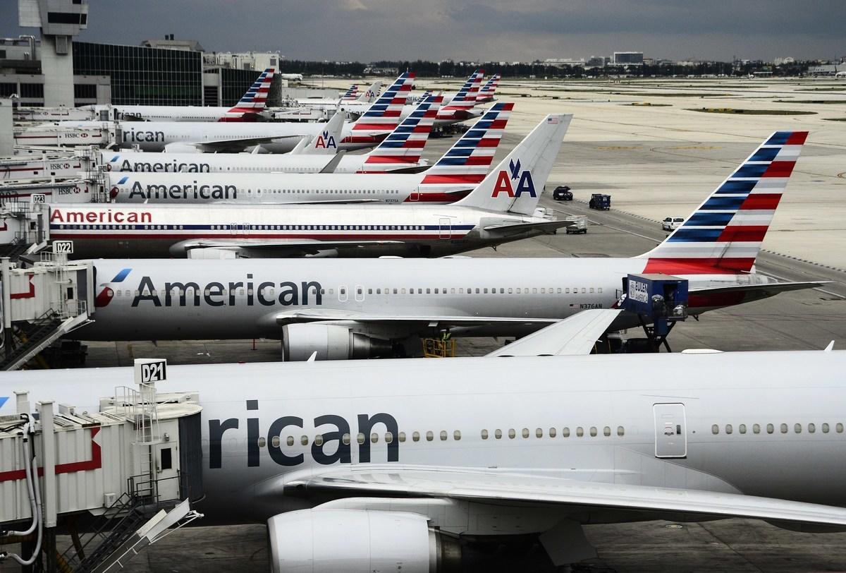 圖為邁阿密國際機場停機坪上的客機與登機橋。(ROBYN BECK/AFP via Getty Images)