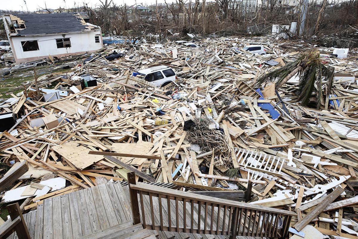 圖為2019年9月6日,在巴哈馬被毀壞的大阿巴科島上,可以看到5級颶風多利安(Dorian)襲擊後受損的房屋和殘骸。(Jose Jimenez/Getty Images)