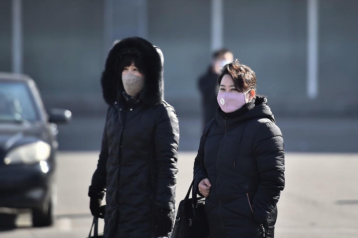 南韓媒體指出,北韓媒體發表的多張人們戴口罩的照片是經由Photoshop修改的。圖為2020年2月6日,北韓平壤居民戴著口罩。(KIM WON-JIN/AFP via Getty Images)