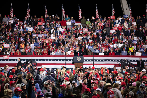 圖為2020年12月5日傍晚,美國總統特朗普及其夫人梅拉尼婭·特朗普到佐治亞州參加「捍衛參院多數」集會,民眾高呼「再幹4年」「我愛你」。(林樂予/大紀元)