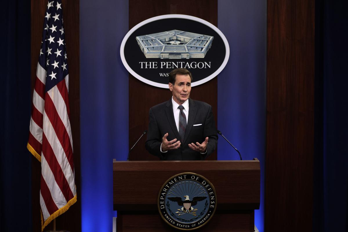 2021年8月13日,美國國防部新聞秘書約翰·科比(John Kirby)在維珍尼亞州阿靈頓五角大樓的新聞發布會上講話。科比討論了向阿富汗部署3,000名士兵以幫助撤離美國大使館人員的問題。(Alex Wong/Getty Images)