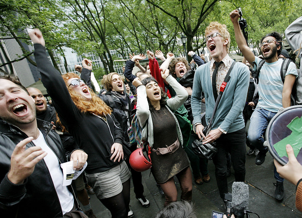 2012年5月1日,參加佔領華爾街運動的示威者在紐約。(Monika Graff/Getty Images)