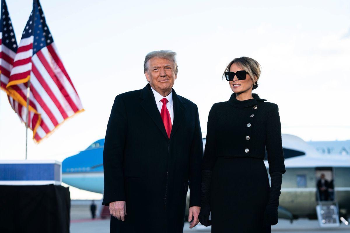 2021年1月20日,即將離任的美國總統特朗普和第一夫人梅拉尼婭在馬里蘭州安德魯斯聯合基地致告別辭。(ALEX EDELMAN/AFP via Getty Images)
