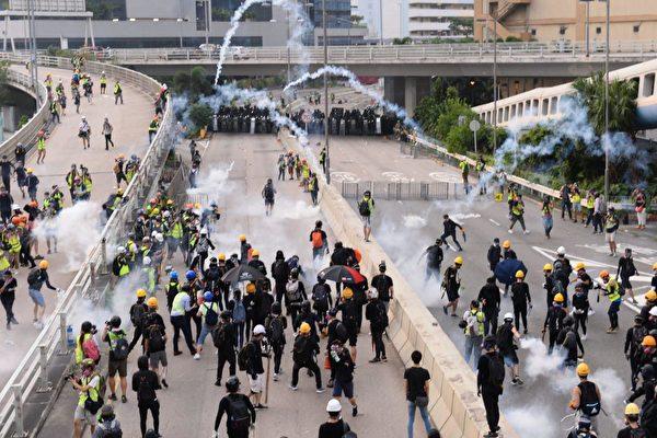 8月24日,觀塘遊行結束後,警方施放催淚彈清場,現場煙霧瀰漫。(宋碧龍/大紀元)