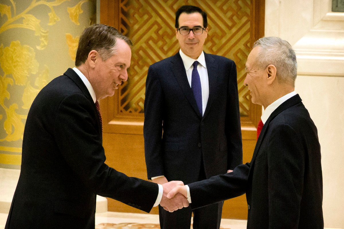 美國貿易代表羅伯特‧萊特希澤(Robert Lighthizer)和財政部長史蒂芬‧梅努欽(Steven Mnuchin)3月28日抵達北京,與中方官員展開新一輪談判。圖為今年2月14日,萊特希澤和劉鶴在北京談判時握手。(Mark Schiefelbein/POOL/AFP)
